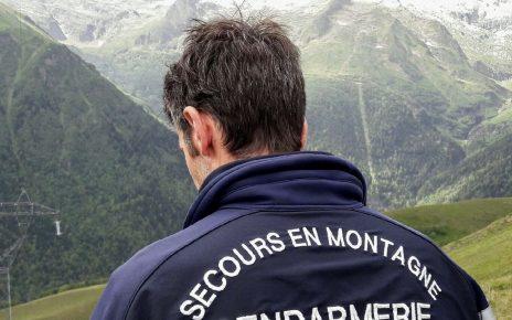 Un membre des secours en montagne de dos