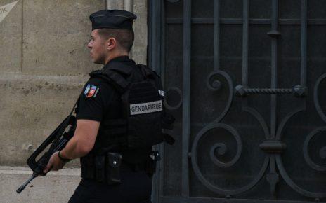 gendarme dans la rue patrouillant
